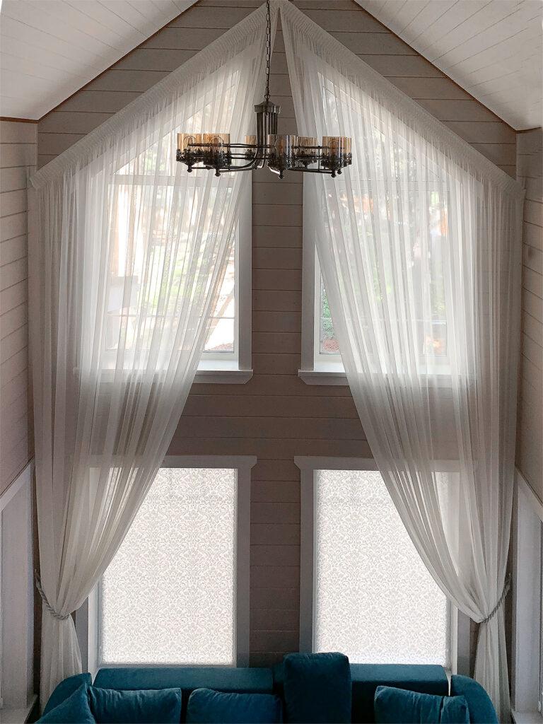 шторы в загородный дом с высокими потолками